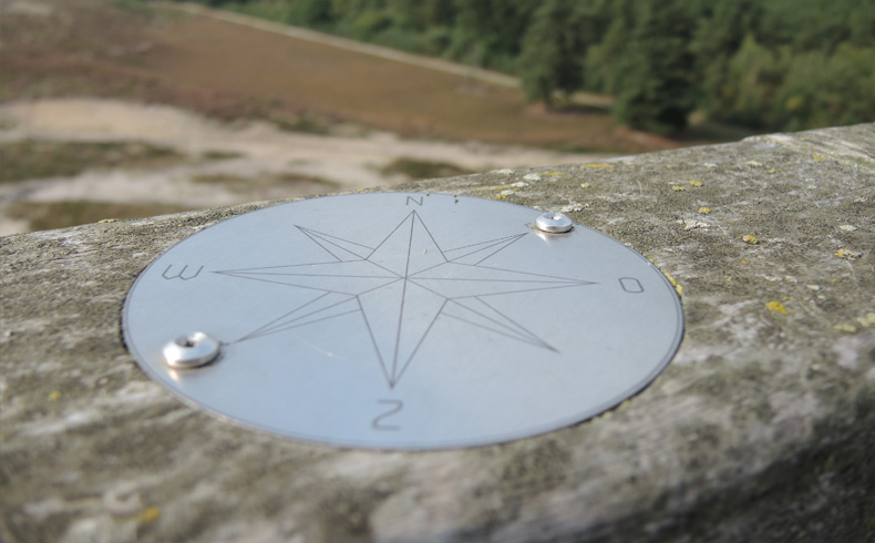 rivierduinenroute-kompas-op-uitkijktoren-voetzoekers